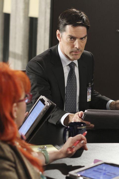 Das Team um Garcia (Kirsten Vangsness, l.) und Hotch (Thomas Gibson, r.) fliegt nach Indiana, weil dort in einem Kornfeld die Leichen von drei junge... - Bildquelle: ABC Studios