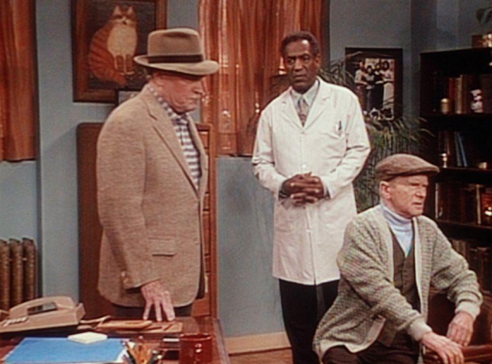 Cliff (Bill Cosby, M.) ist bemüht, zwischen Stanley (E. G. Marshall, l.) und Jake (Red Buttons) zu vermitteln. - Bildquelle: Viacom