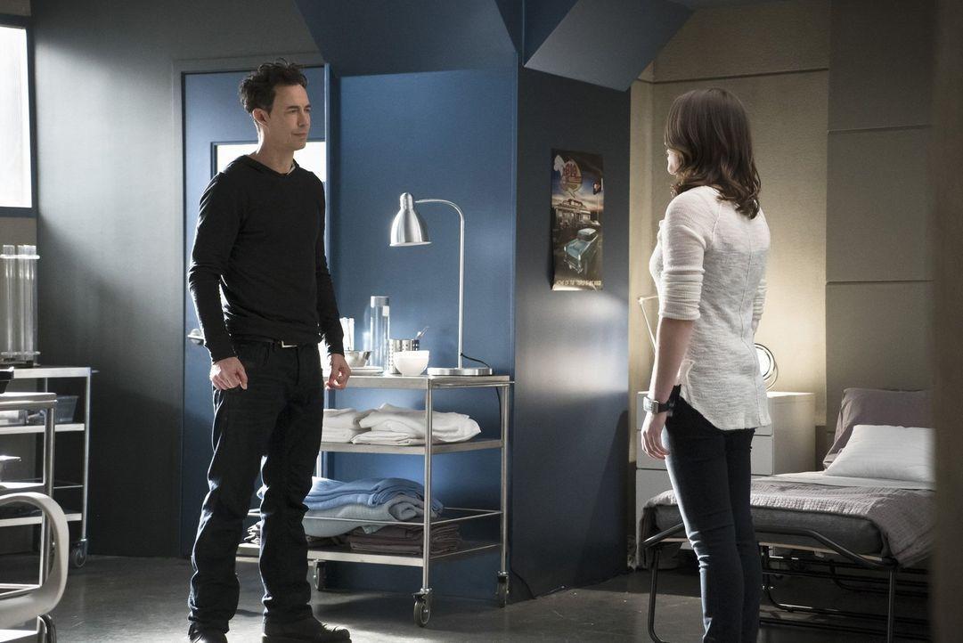 Ein Partyabend endet für Jesse (Violett Beane, r.) anders als geplant und Dr. Wells (Tom Cavanagh, l.) muss erneut um die Sicherheit seiner Tochter... - Bildquelle: Warner Bros. Entertainment, Inc.