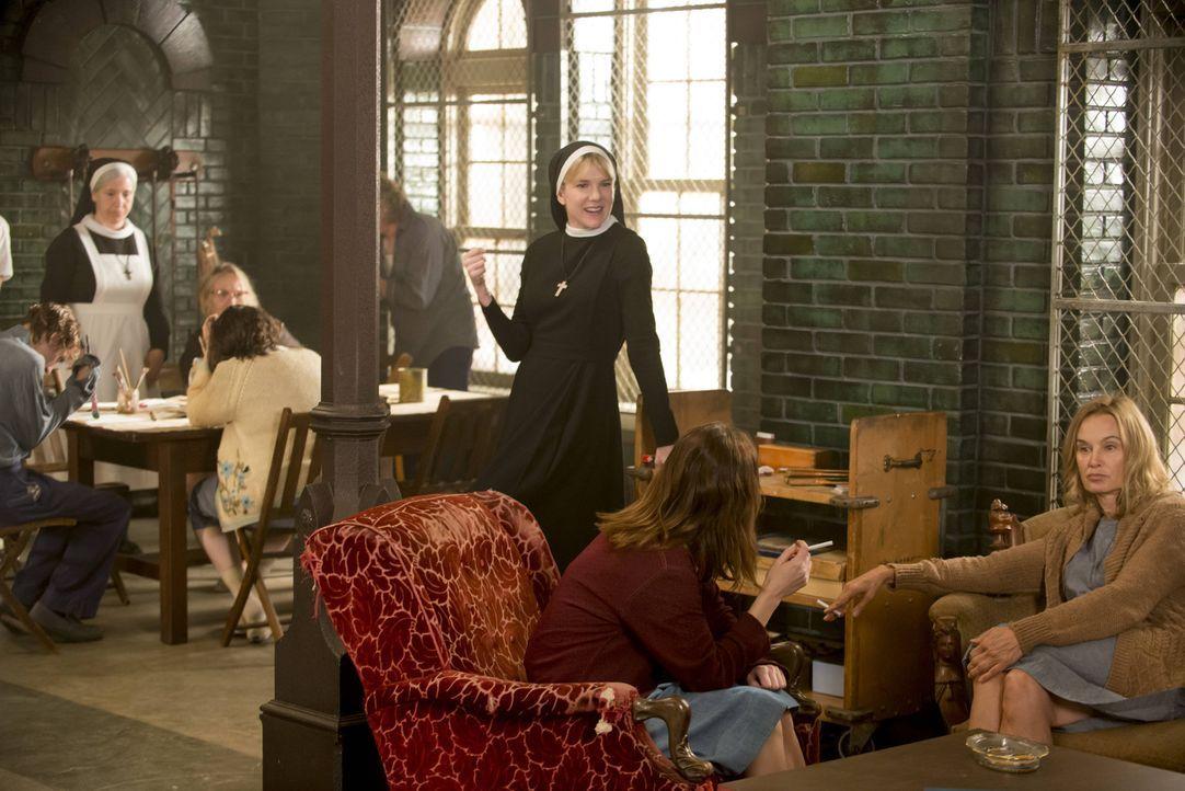 Jude (Jessica Lange, r.) und Lana (Sarah Paulson, 2.v.r.) sind schon gespannt, welche Boshaftigkeit Schwester Mary Eunice McKee (Lily Rabe, M.) sich... - Bildquelle: 2012-2013 Twentieth Century Fox Film Corporation. All rights reserved.