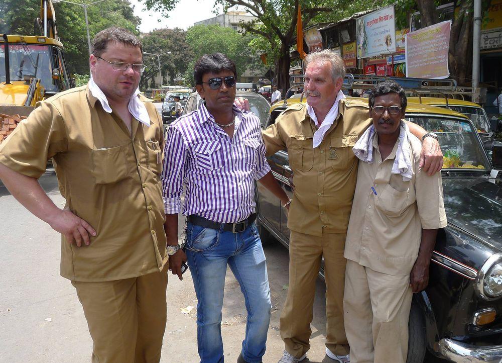 Die Taxifahrer Christian (l.) und Fritz (2.v.r.) zusammen mit ihren indischen Kollegen ... - Bildquelle: kabel eins