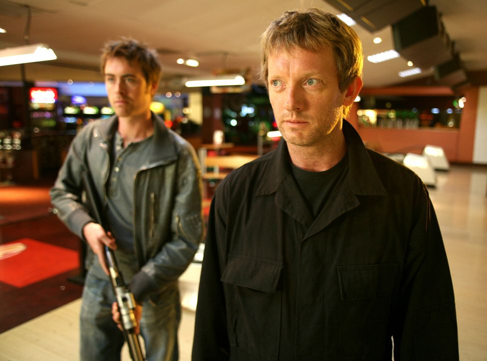 Auf Monsterjagd: Cutter (Douglas Henshall, r.) und Stephen (James Murray, l.) ... - Bildquelle: ITV Plc