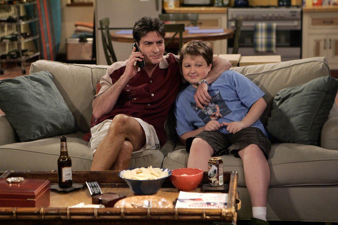 Männerabend: Charlie (Charlie Sheen, l.) und Jake (Angus T. Jones, r.) ... - Bildquelle: Warner Brothers Entertainment Inc.