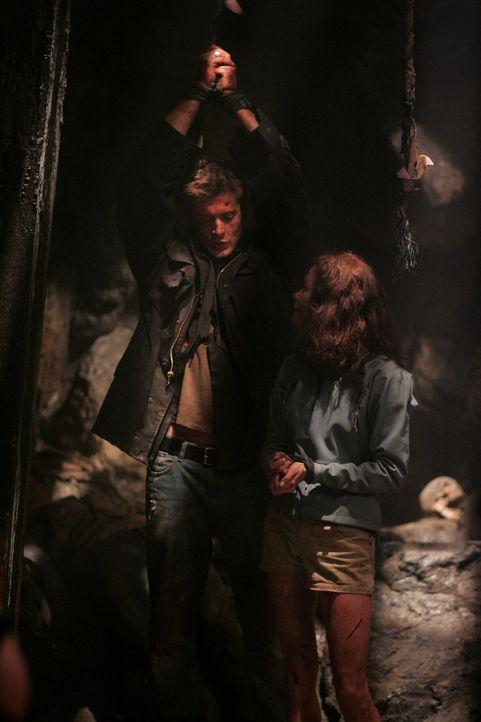 Haley (Gina Holden, r.) versucht Dean (Jensen Ackles, l.) zu befreien - doch wird sie es rechtzeitig schaffen? - Bildquelle: Warner Bros. Television