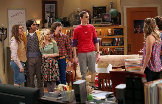 The Big Bang Theory - Leonard (Johnny Galecki, r.) und Penny (Kaley Cuoco, 2....