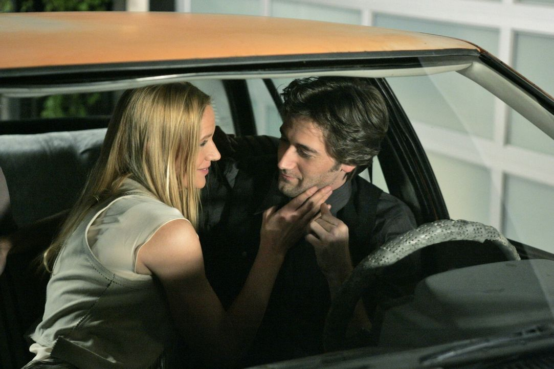 Tut Ryan (Ryan Eggold, r.) die Affäre mit Laurel (Kelly Lynch, l.) wirklich gut? - Bildquelle: TM &   CBS Studios Inc. All Rights Reserved