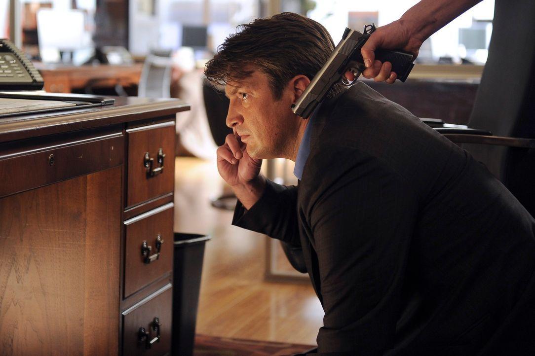 Durch Zufall gerät Richard Castle (Nathan Fillion) Mitten in einen Banküberfall. Es gelingt ihm, Beckett per Handy zu informieren, was einem der Ban... - Bildquelle: 2011 American Broadcasting Companies, Inc. All rights reserved.