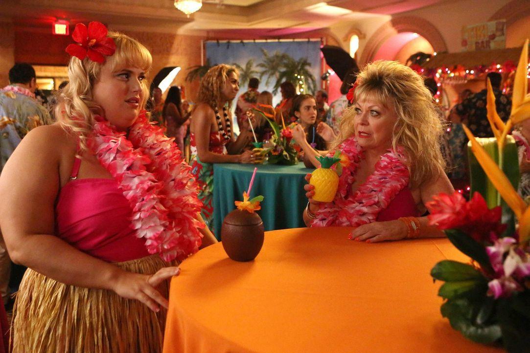 Werden sich Tochter Kimmie (Rebel Wilson, l.) und Mutter Pamela (Jacki Weaver, r.) auf der Verlobungsfreier versöhnen? - Bildquelle: Warner Brothers