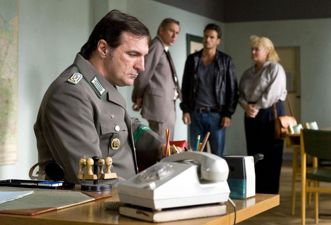 Major Krawczyk (Michael Kind, 2.v.l.) bietet Maik (Stephan Luca, 2.v.r.) und Gaby (Petra Kleinert, r.) seine Unterstützung an. Oberleutnant Gruner... - Bildquelle: Richard Hübner Sat.1
