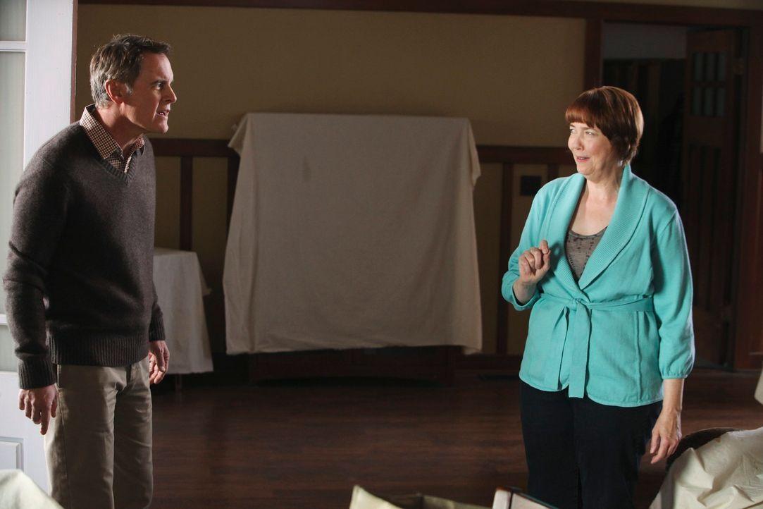 Während Felicia Tilman (Harriet Sansom Harris, r.) Frieden mit Paul (Mark Moses, l.) schließen möchte, ist Andrew bereit, Carlos endlich die Wahrhei... - Bildquelle: ABC Studios