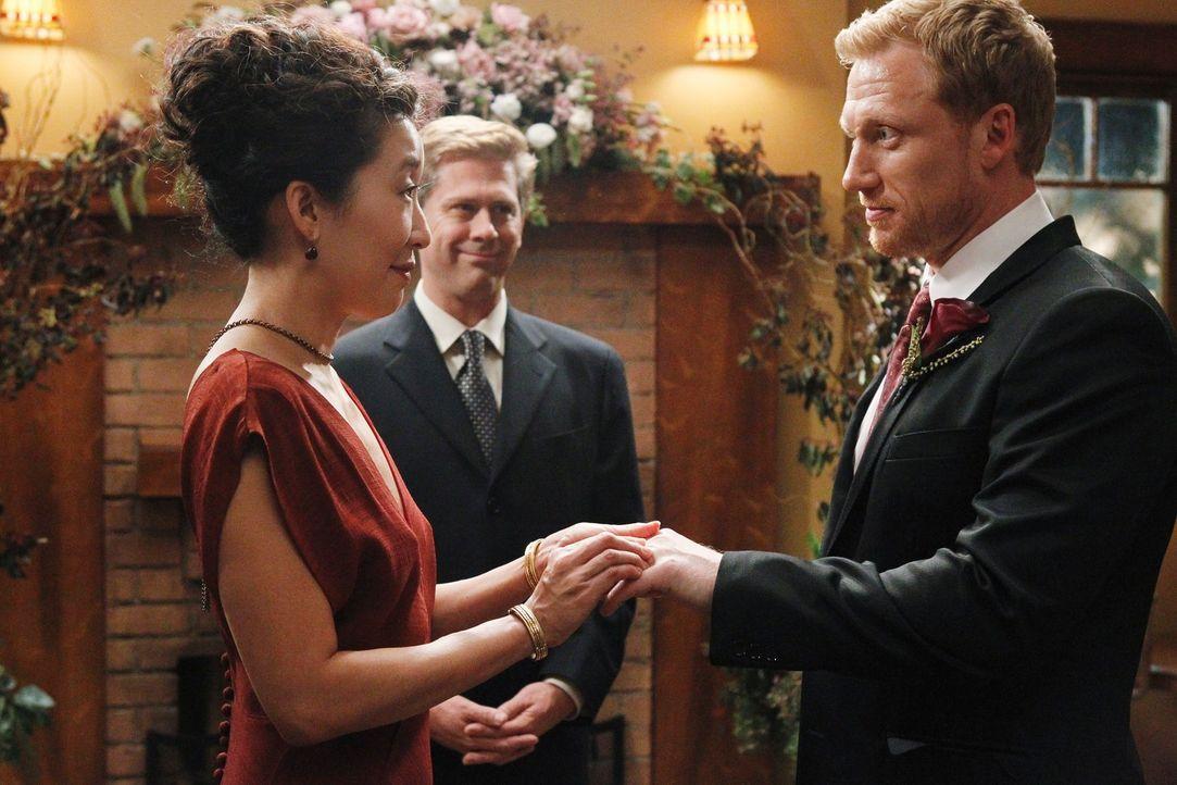 In einer ganz kleinen Zeremonie unter ihren Freunden und Kollegen geben sich Cristina (Sandra Oh, l.) und Owen (Kevin McKidd, r.) das Ja-Wort ... - Bildquelle: ABC Studios