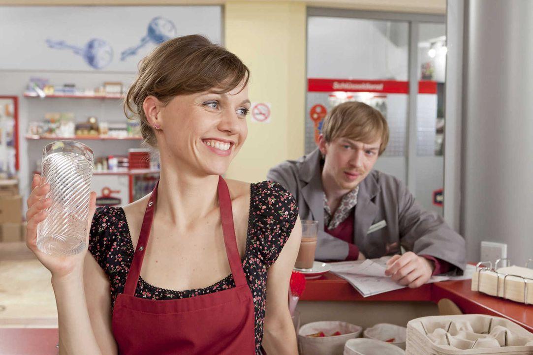 Verstehen sich ganz gut: Bea (Nadja Becker, l.) und Hannes (Tino Mewes, r.) ... - Bildquelle: Frank Dicks SAT.1