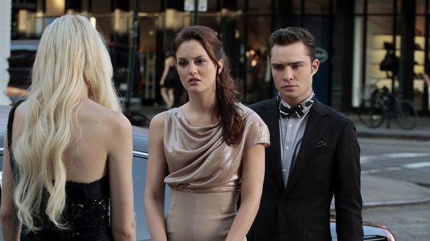 Blair Waldorf (Leighton Meester, M.) ahnt nicht, dass Chuck (Ed Westwick, r.)...