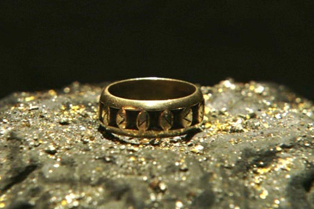 Der Ring der Nibelungen ist, wie der Rest des Schatzes, verflucht. Siegfried nimmt ihn trotzdem an sich. - Bildquelle: Sat.1/© 2004 Tandem Communications/VIP Medienfonds 2&3 TANDEM PRODUCTIONS