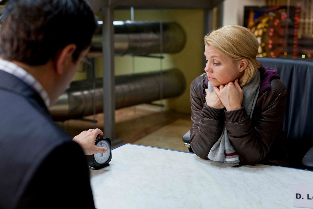 Danni (Annette Frier, r.) kann sich partout nicht zwischen Sven und Oliver entscheiden. Deshalb geben die beiden ihr einen Korb - und nun leidet sie... - Bildquelle: Frank Dicks SAT.1