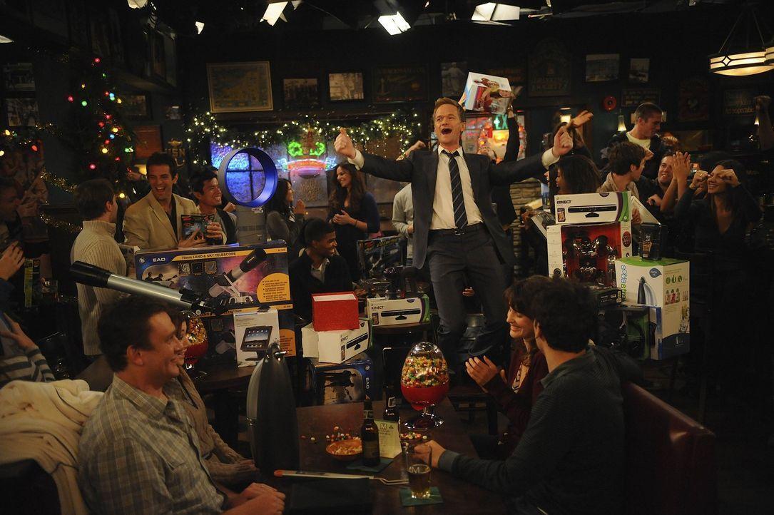 Während Robin einen neuen Job gefunden hat, hat Barney (Neil Patrick Harris, stehend) das Wunder der Weihnacht für sich ganz privat entdeckt, denn... - Bildquelle: 20th Century Fox International Television