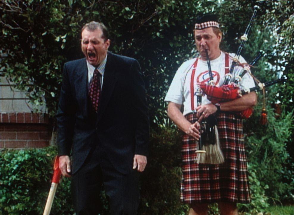 Al (Ed O'Neill, l.) vom Schmerz überwältigt steht am Grab seines geliebten Dodge. - Bildquelle: Sony Pictures Television International. All Rights Reserved.
