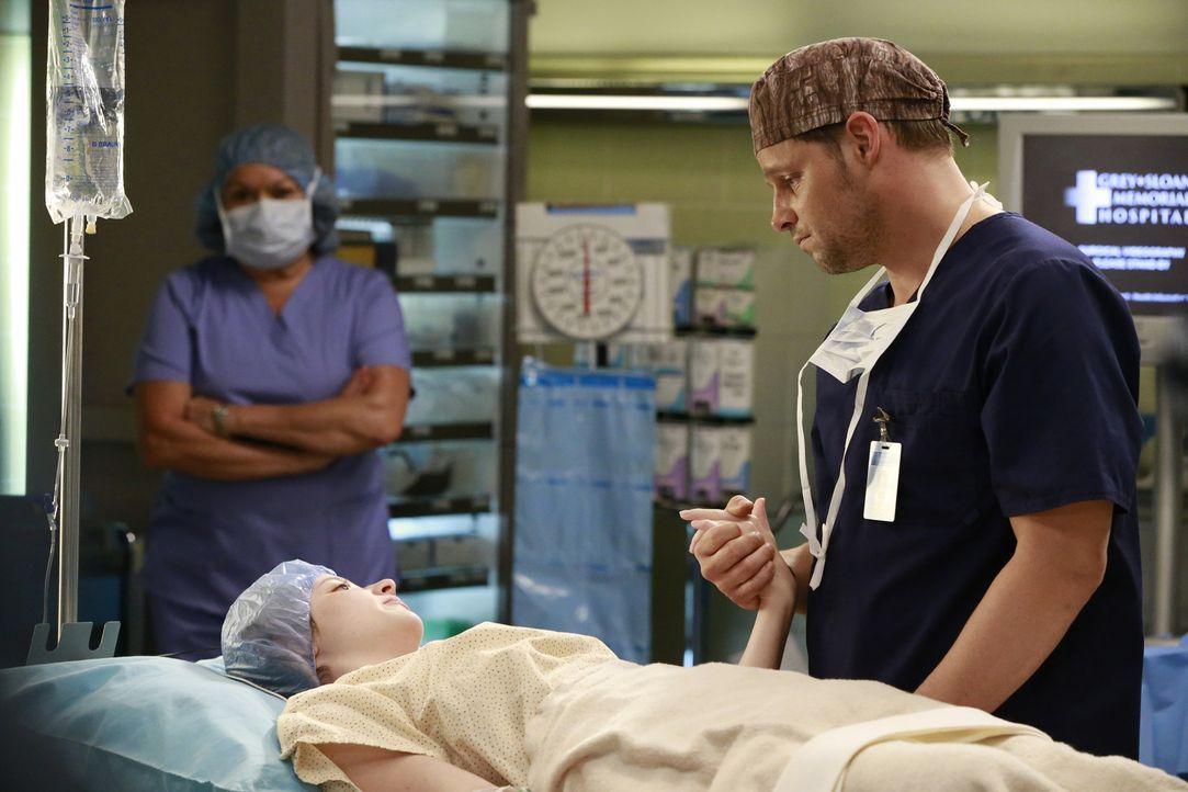 Die Beziehung von Maggie und Andrew entwickelt sich weiter, während sich Alex (Justin Chambers, r.) um Maya (Samantha Isler, l.) kümmert ... - Bildquelle: Michael Hassan ABC Studios