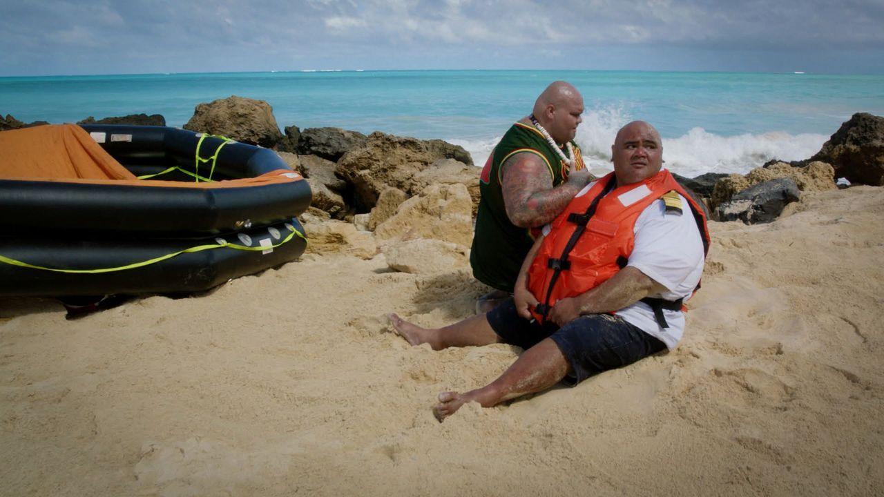 Kämpfen nach einem selbst verschuldeten Schiffbruch ums Überleben: Max Kamekona (Taylor Wily, r.) und Flippa (Shawn Mokuahi Garnett, l.) ... - Bildquelle: 2016 CBS Broadcasting, Inc. All Rights Reserved