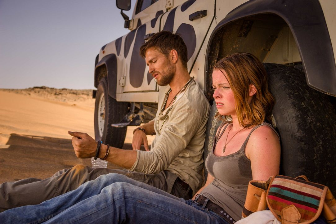 Im Herz der Wüste: Nachdem ihr Jeep im Treibsand stecken geblieben ist, warten Lucie (Jennifer Ulrich, r.) und Ben (August Wittgenstein, l.) verzwe... - Bildquelle: Richard Krause SAT.1