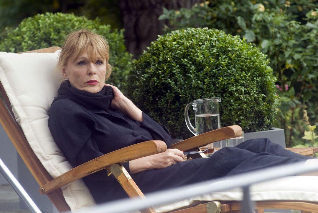 Marina (Ingeborg Westphal) betäubt ihre Trauer um den Tod ihres Sohnes mit Alkohol ... - Bildquelle: Jacqueline Krause-Burberg Sat.1