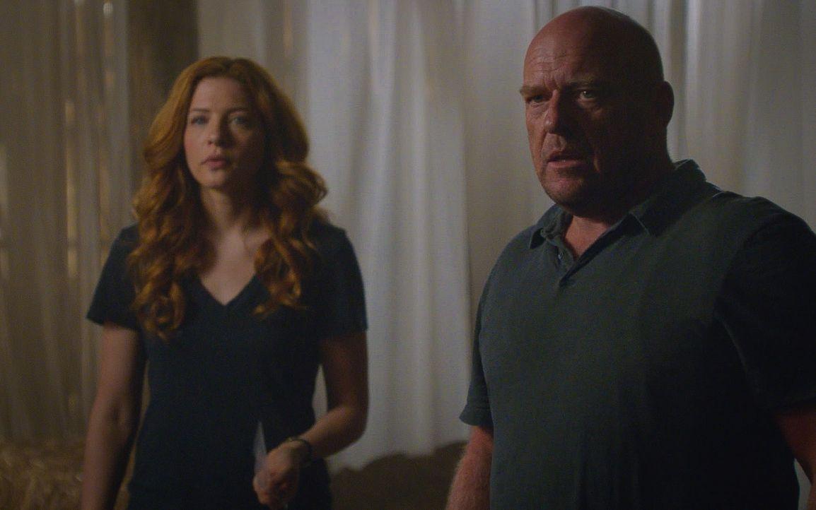 Julia (Rachelle LeFevre, l.) und Big Jim (Dean Norris, r.) versuchen immer noch, ihre Freunde aus den Fängen von Christine zu befreien ... - Bildquelle: Brownie Harris 2015 CBS Studios Inc.