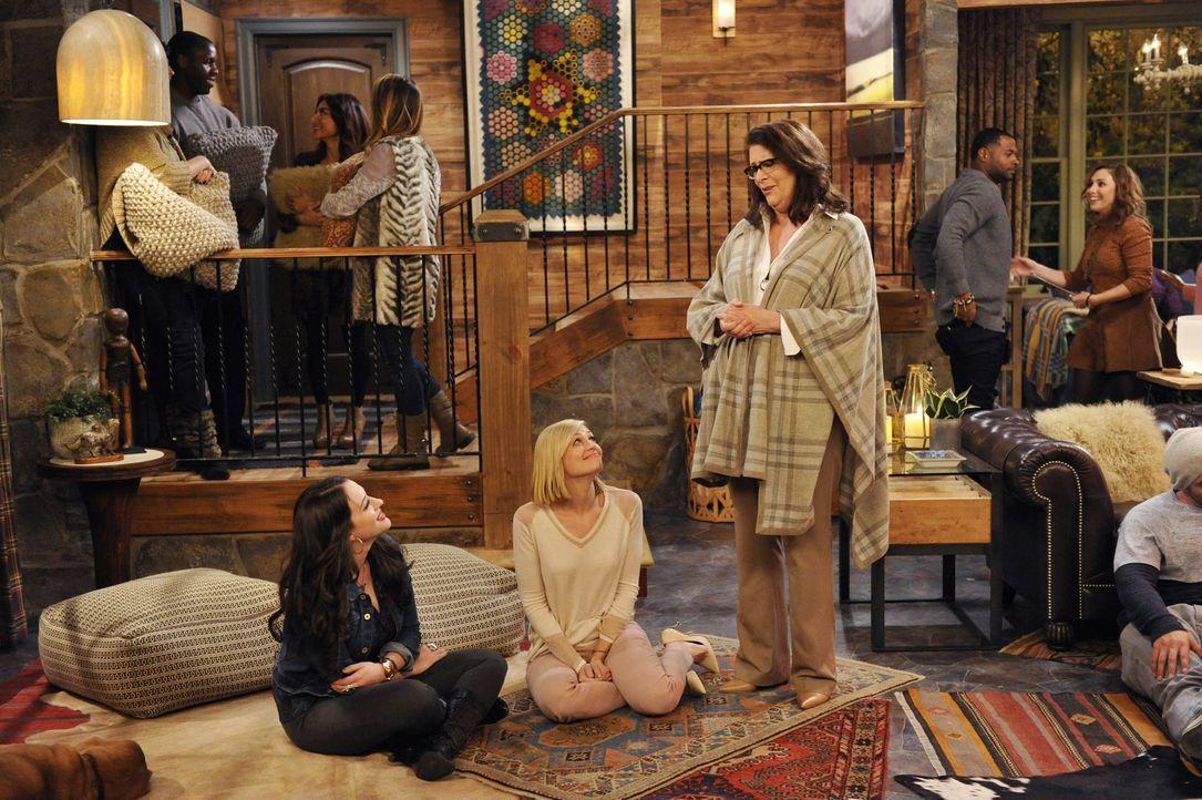 Die Suche nach neuen Freunden, da sie enttäuscht ist, weil Max (Kat Dennings, l.) wieder Kontakt mit ihrer alten Freundin hat, treibt Caroline (Beth... - Bildquelle: 2015 Warner Brothers