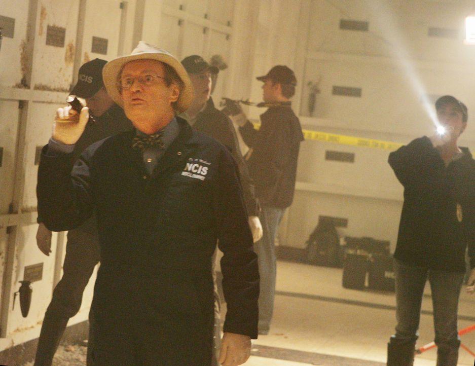 Ein neuer Fall führt Ducky (David McCallum, vorne) und die anderen Teammitglieder in eine zerstörte Gruft ... - Bildquelle: CBS Television