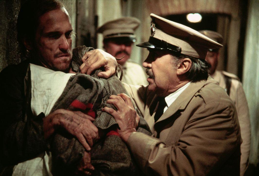 Jay Wagner (Robert Duvall, l.) ist in Mexiko wegen Mordes zu 28 Jahren Gefängnis verurteilt worden. Drahtzieher im Hintergrund ist Jays Großvater,... - Bildquelle: 1975 Columbia Pictures Industries, Inc. All Rights Reserved.
