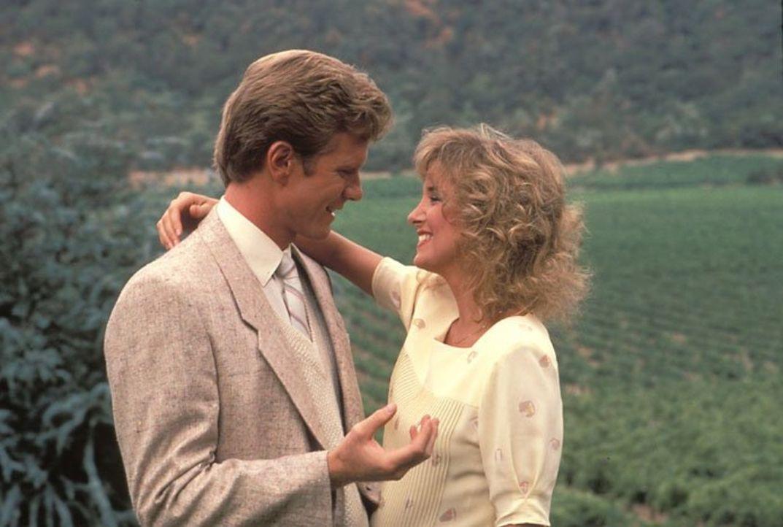 (5. Staffel) - Eine Verlobung steht an: Robin (Barbara Howard, r.) und Cole (William R. Moses, l.) ... - Bildquelle: 1985   Warner Brothers