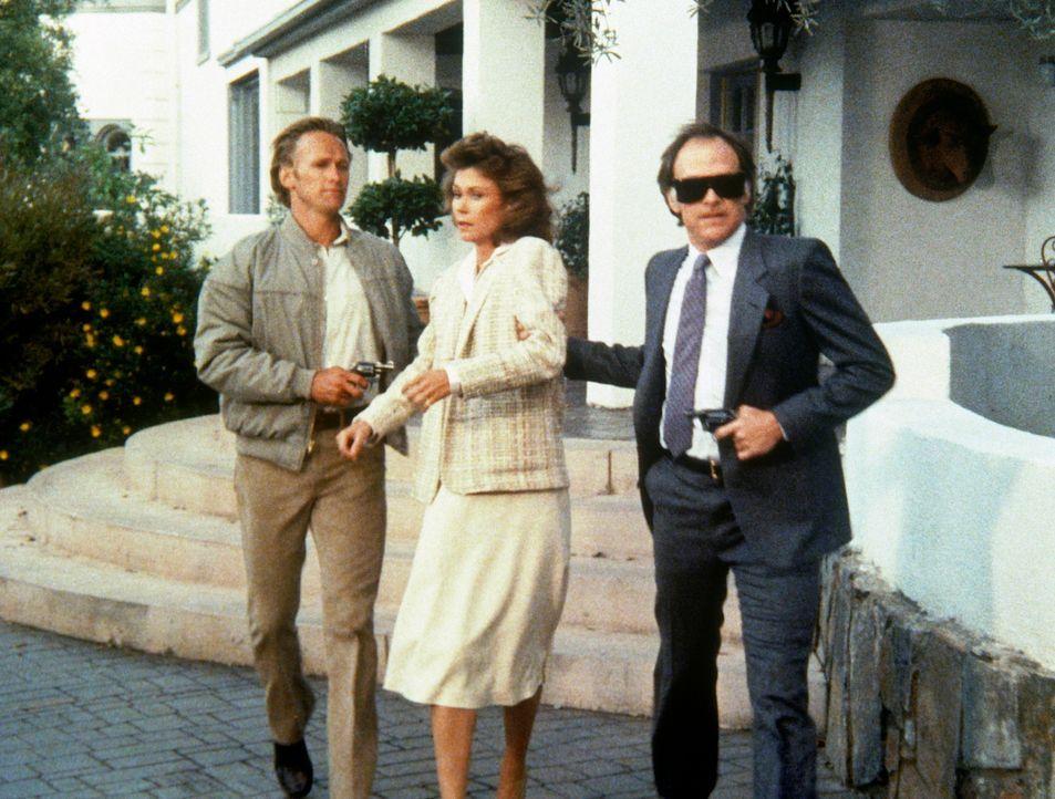 Sinclair (Robert Pine, r.) und Kurtz (Bob Hopkins, l.) entführen Amanda (Kate Jackson). Ein sehr reicher Mann will die attraktive Agentin für viel G... - Bildquelle: CBS Television