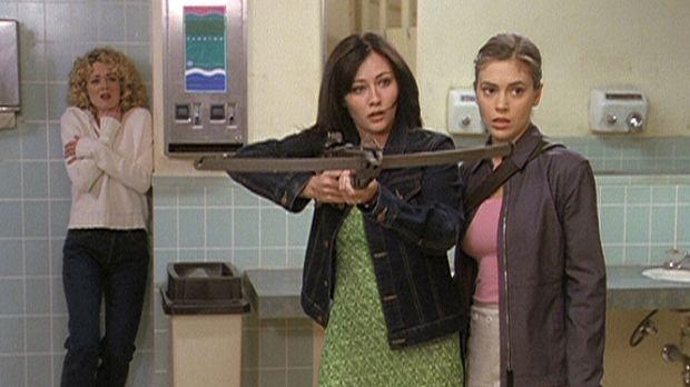 Prue (Shannen Doherty, M.) und Phoebe (Alyssa Milano, r.) sind gerade noch re...