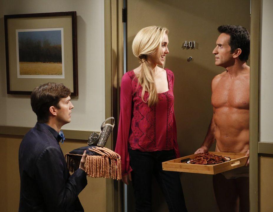 Während Alan und Lyndsey wieder ein Paar sind, versucht Walden (Ashton Kutcher, l.), Jill (Spencer Locke, M.) für sich zu gewinnen. Doch es scheint,... - Bildquelle: Warner Bros. Television