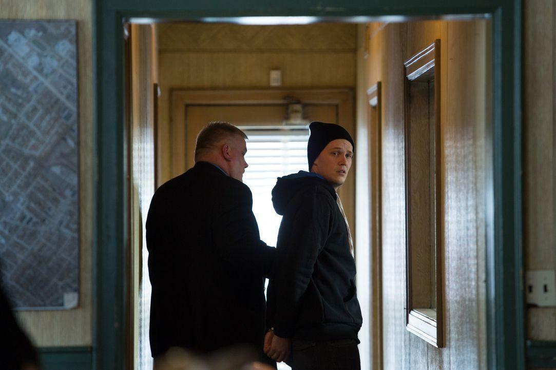 Der 21-jährige John Keenan wird in Handschellen abgeführt. Doch er hat nichts getan. Im Gegenteil. Er selbst ist das Opfer eines fragwürdigen Polizi... - Bildquelle: Darren Goldstein Cineflix 2014