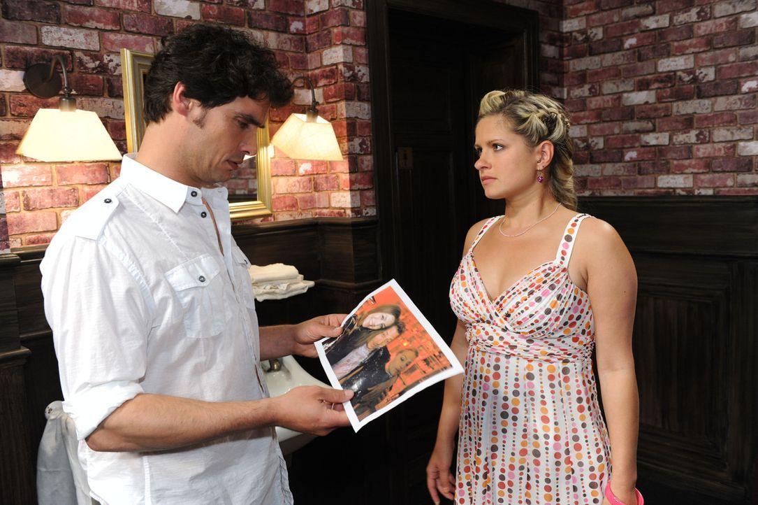 Mia (Josephine Schmidt, r.) konfrontiert Alexander (Paul Grasshoff, l.) mit ihrem Verdacht gegen Annett ... - Bildquelle: SAT.1