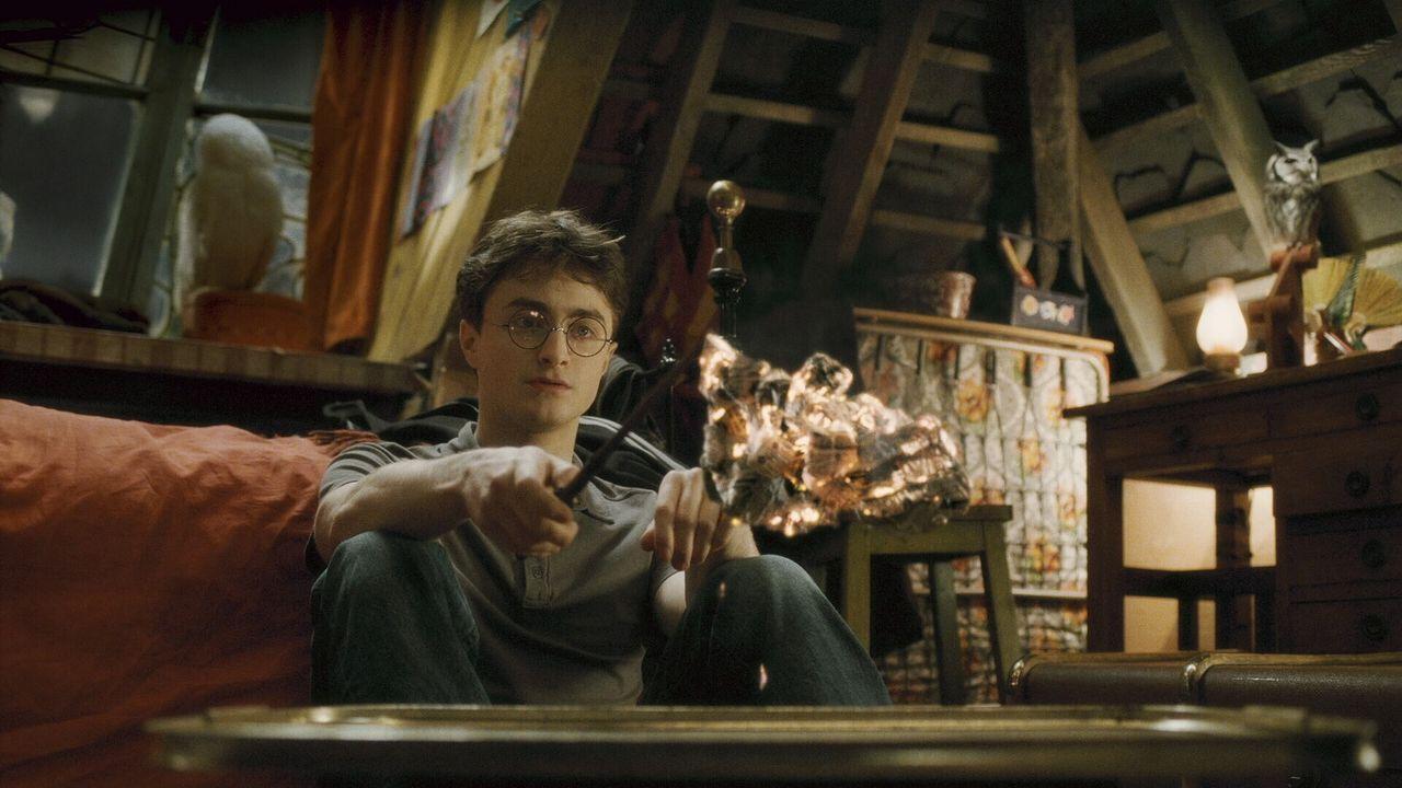 Während alle Schüler in Hogwarts verliebt sind, schleicht sich das Unheil an, das nur noch Zauberlehrling Harry (Daniel Radcliffe) verhindern kann... - Bildquelle: Warner Brothers