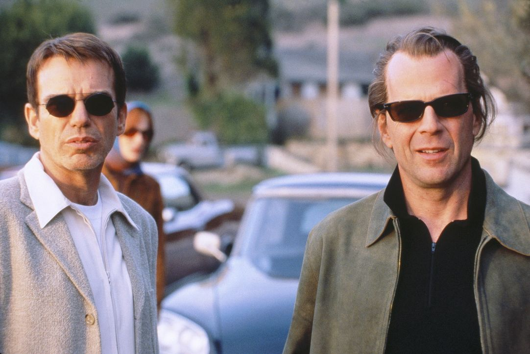 Schon bald interessieren sich die Medien für die zwei erfolgreichen Bankräuber. Alles läuft perfekt, aber dann begehen Joe (Bruce Willis, r.) und... - Bildquelle: Metro-Goldwyn-Mayer