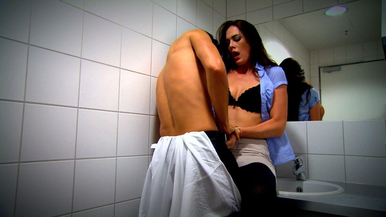 Sie will ihn besitzen - um jeden Preis! Seit einer heißen Nacht mit ihrem Chef (l.) ist die attraktive Sekretärin Natalie (r.) regelrecht besessen... - Bildquelle: SAT.1