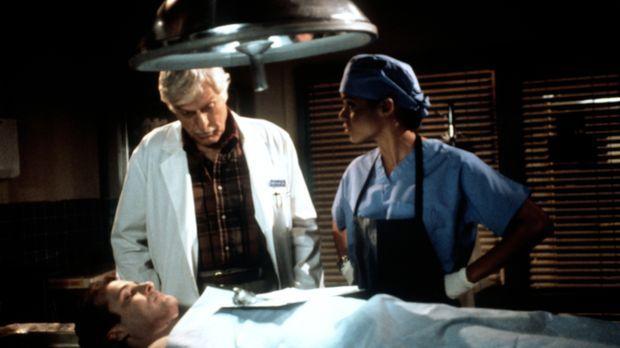 Dr. Mark Sloan (Dick Van Dyke, M.) und Amanda (Victoria Rowell, r.) haben bei...