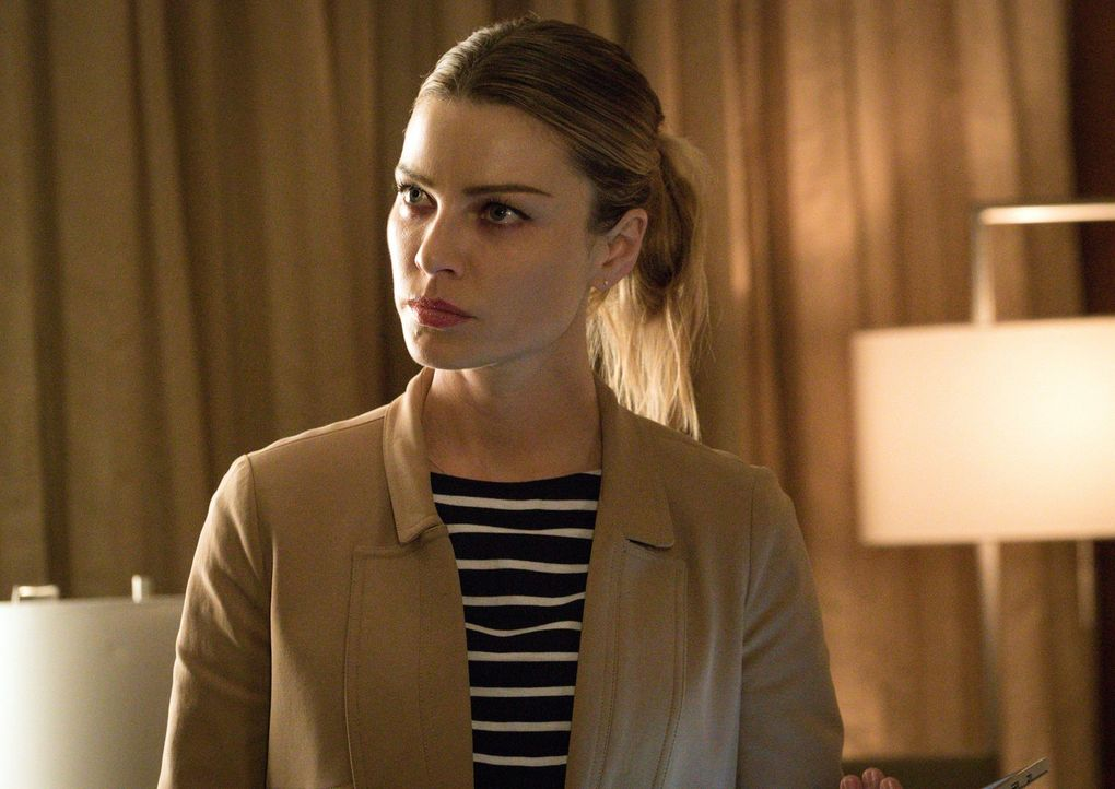 Nachdem der Polizist Malcolm Graham überraschend aus dem Koma erwacht ist, konfrontiert er Chloe (Lauren German) mit dem Abend, an dem er angeschoss... - Bildquelle: 2016 Warner Brothers