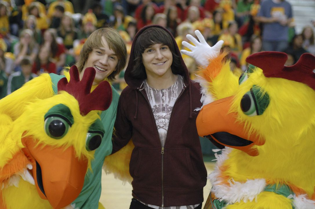 Pete Ivey (Jason Dolley, l.) ist ein Loser an seiner High School. Da überredet ihn sein bester Freund Cleatus (Mitchel Musso, r.), das Schulmaskottc... - Bildquelle: Disney Enterprises, Inc. All rights reserved.