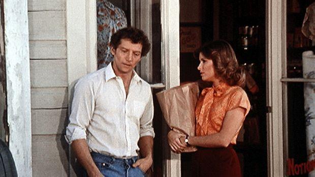 Curt (Scott Hylands, l.), Mary Ellens (Judy Norton-Taylor, r.) Mann, lebt tat...