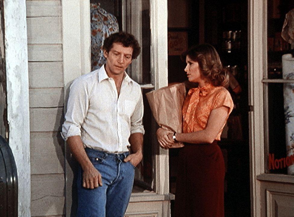 Curt (Scott Hylands, l.), Mary Ellens (Judy Norton-Taylor, r.) Mann, lebt tatsächlich. Er weigert sich jedoch, mit ihr zu sprechen. - Bildquelle: WARNER BROS. INTERNATIONAL TELEVISION