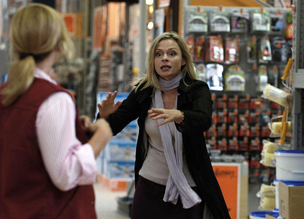 Als Ines (Susanna Simon, r.) einen Ex-Schulfreund im Baumarkt durch einen herabstürzenden Kronleuchter schwer verletzt, wird sie gefeuert. Und wenig... - Bildquelle: Julia Terjung SAT.1