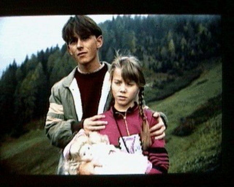 Nach dem Tod ihrer Mutter sind Vinzenz (Sebastian Fischer, l.) und seine kleine Schwester Vroni (Margit Dirscherl, r.) auf sich allein gestellt. Der... - Bildquelle: SAT.1