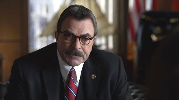 Frank (Tom Selleck) erfährt von Erin, dass der Bezirksstaatsanwalt Danny wege...