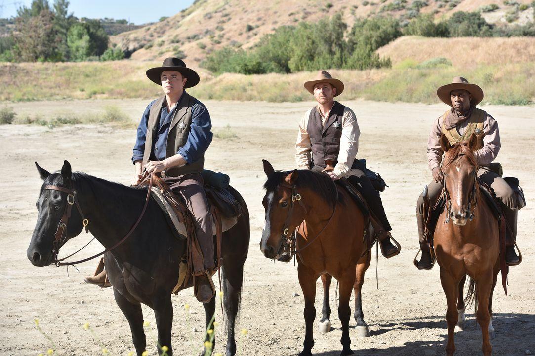 Wild Wild West! Ed (Seth MacFarlane, l.), Gordon (Scott Grimes, M.) und John (J. Lee, r.) wollen eigentlich auf dem Holodeck bei einem Western Abent... - Bildquelle: 2017 Fox and its related entities.  All rights reserved.