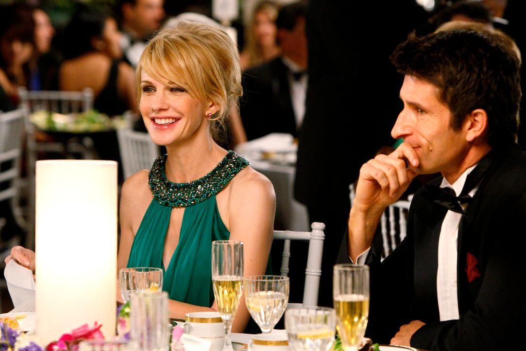 Amüsieren sich auf der Hochzeit von Kriminaltechniker Louie Amante: Lilly Rush (Kathryn Morris, l.) und Curtis Bell (Jonathan LaPaglia, r.) - Bildquelle: Warner Bros. Television