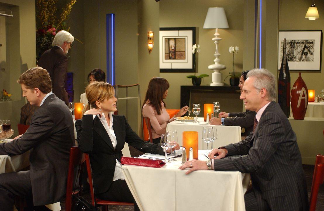 Rachel (Jennifer Aniston, M.) ist der Appetit vergangen, als sie bei einem Vorstellungsgespräch mit James (Brent Spiner, r.) in einem Restaurant ihr... - Bildquelle: 2003 Warner Brothers International Television