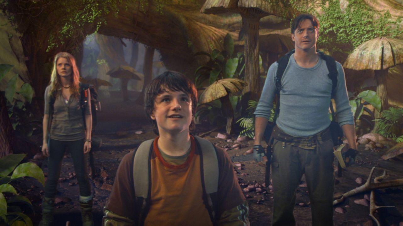 Der Vulkanologe Trevor (Brendan Fraser, r.), sein Neffe Sean (Josh Hutcherson, M.) und Hannah (Anita Briem, l.), die Tochter seines Kollegen, finden... - Bildquelle: Warner Bros.